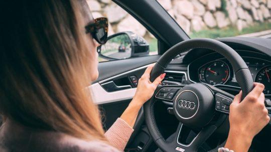 Femme une passion pour les voitures